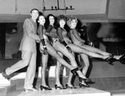 Roma, Gennaio 1969 - Pippo Baudo con ballerine alla discoteca Piper