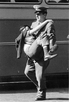 Roma, Febbraio 1989 - Poliziotto con bambino in braccio