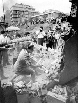 Roma, Novembre 1969 - Donna abbatte la propria baracca per assegnazione nuova casa