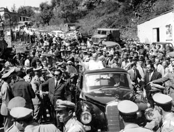 Roma, Settembre 1966 Papa Paolo VI visita gli alluvionati di Prima Porta Labaro