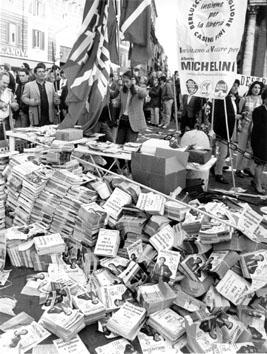 Roma, Aprile 1995 - Elezioni, montagna di volantini elettorali di Alberto Michelini