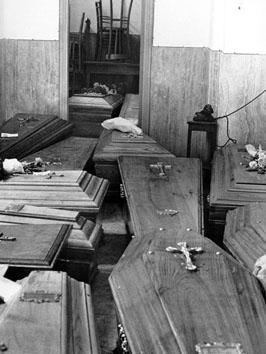Roma, Giugno 1965 - Bare accatastate per mancanza di uffici
