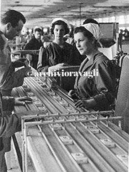 Chiaravalle (Ancona), Gennaio 1965 - Donne in fabbrica manifattura tabacco