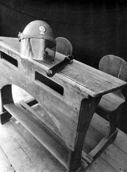 Roma, Gennaio 1972 - Elmetto e manganello sul banco di scuola