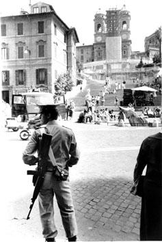 Roma, Agosto 1980 - Carabiniere armato a Piazza di Spagna
