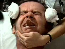 """Jack Nicholson erhält in """"Einer flog über das Kuckucksnest"""" eine Elektroschock Behandlung"""