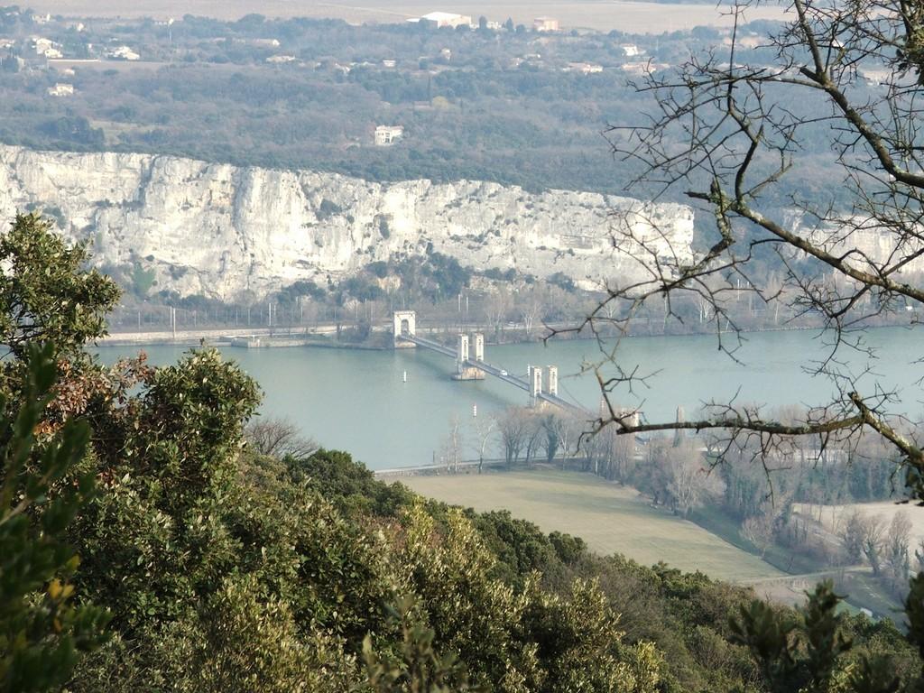 Le pont du Robinet, vue des colines de l'Ardèche