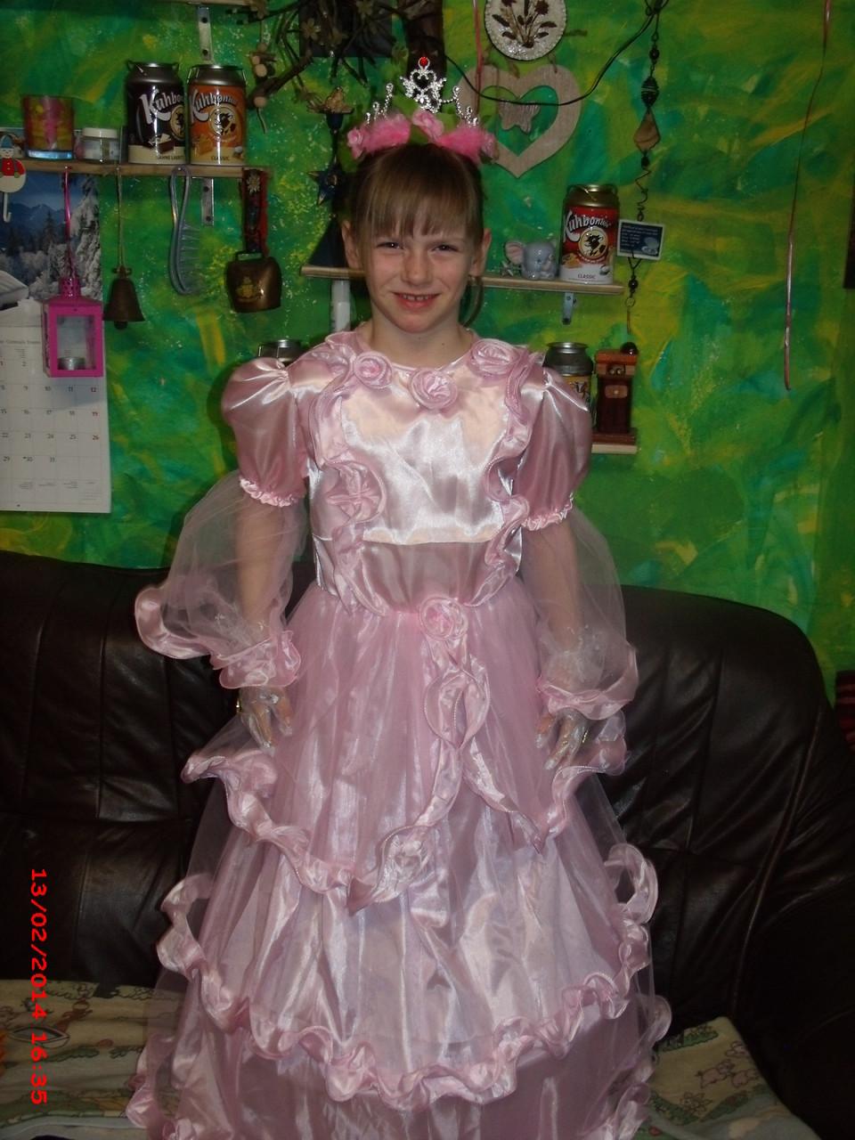 nun gehört es mir, mein Prinzessinnen-Kleid