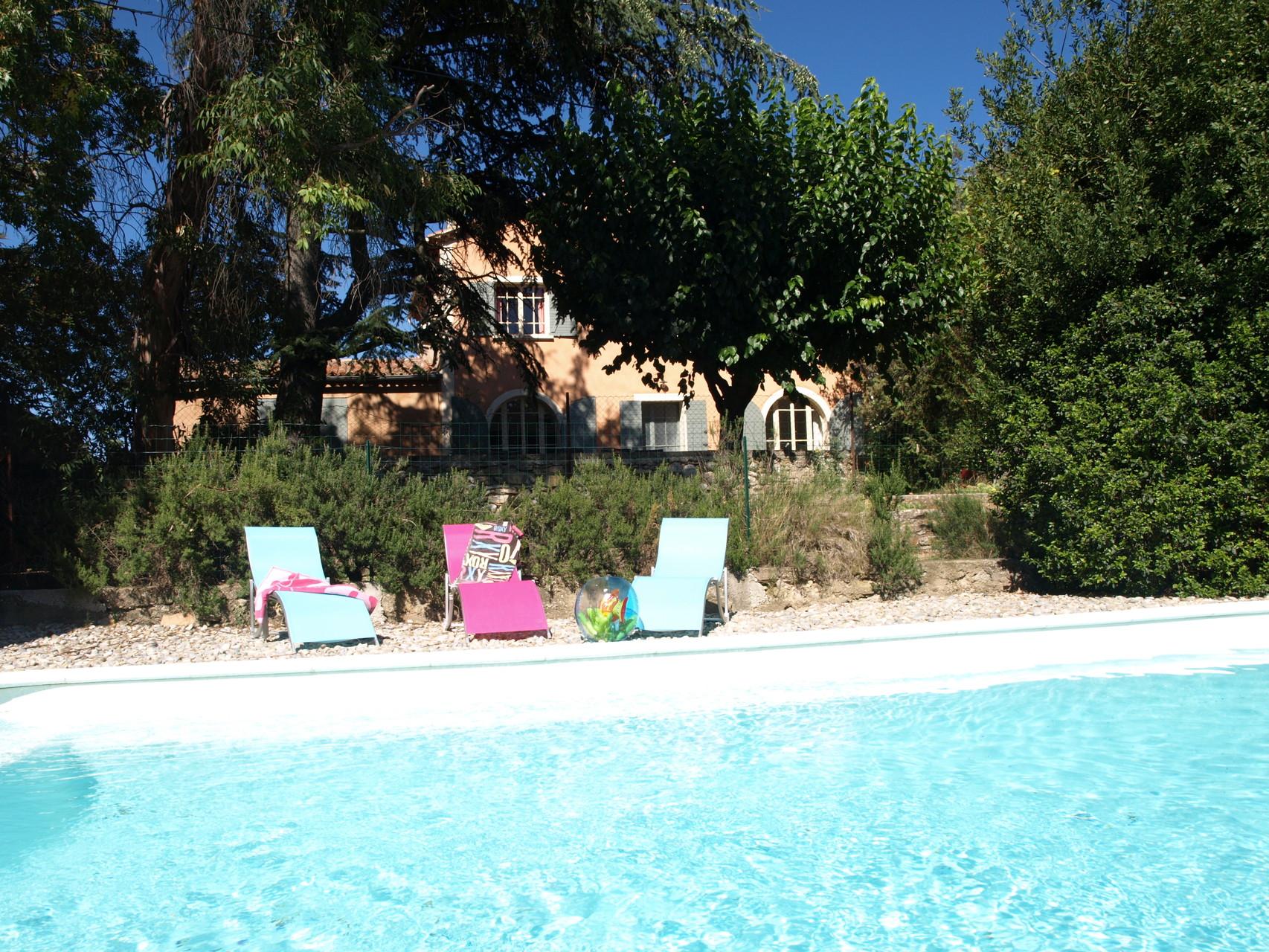 A quelques pas de la terrasse, la piscine est pour vous!