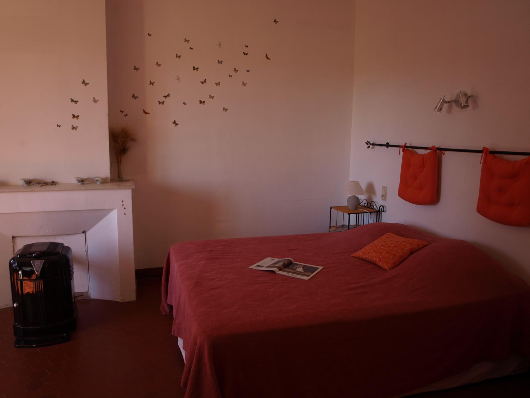 Une envolée de papillons dans la chambre orange