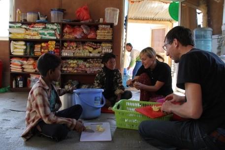 Das Team beim Spielsachen kennenlernen, Robert & Andrea bei der Arbeit mit den Kindern