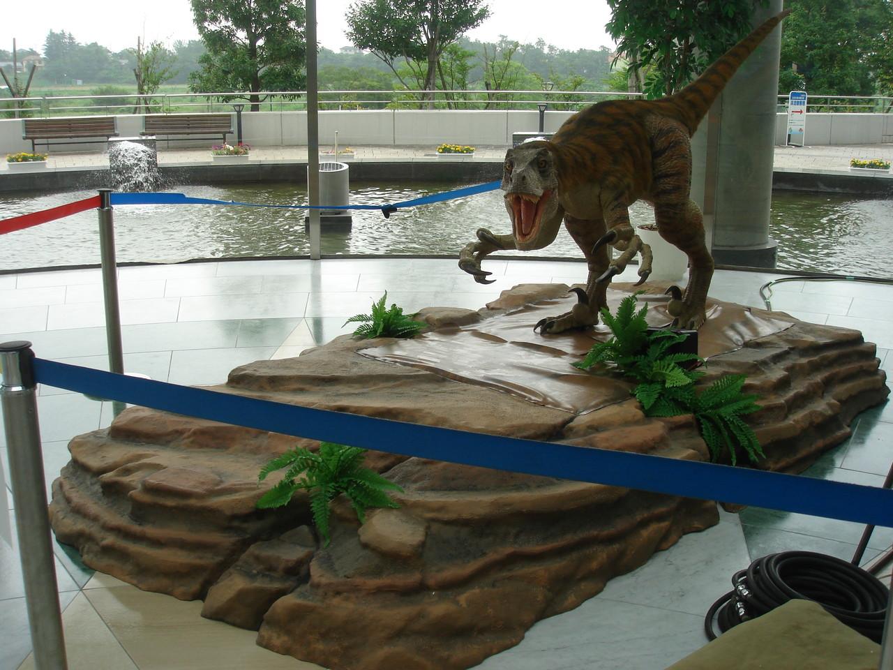 恐竜が乗っている下台を製作施工いたしました。台は樹脂製です。