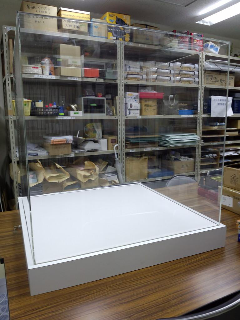 アクリル展示ケースの製作納品です。このようなオリジナルアクリルケースの製作を得意としています。