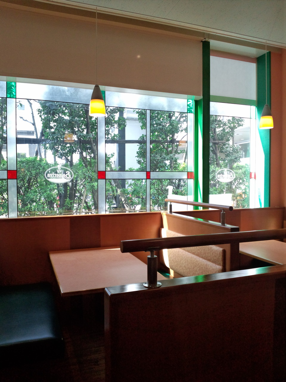 ファミリーレストランのウインドウに装飾フィルムやシートを施工した例