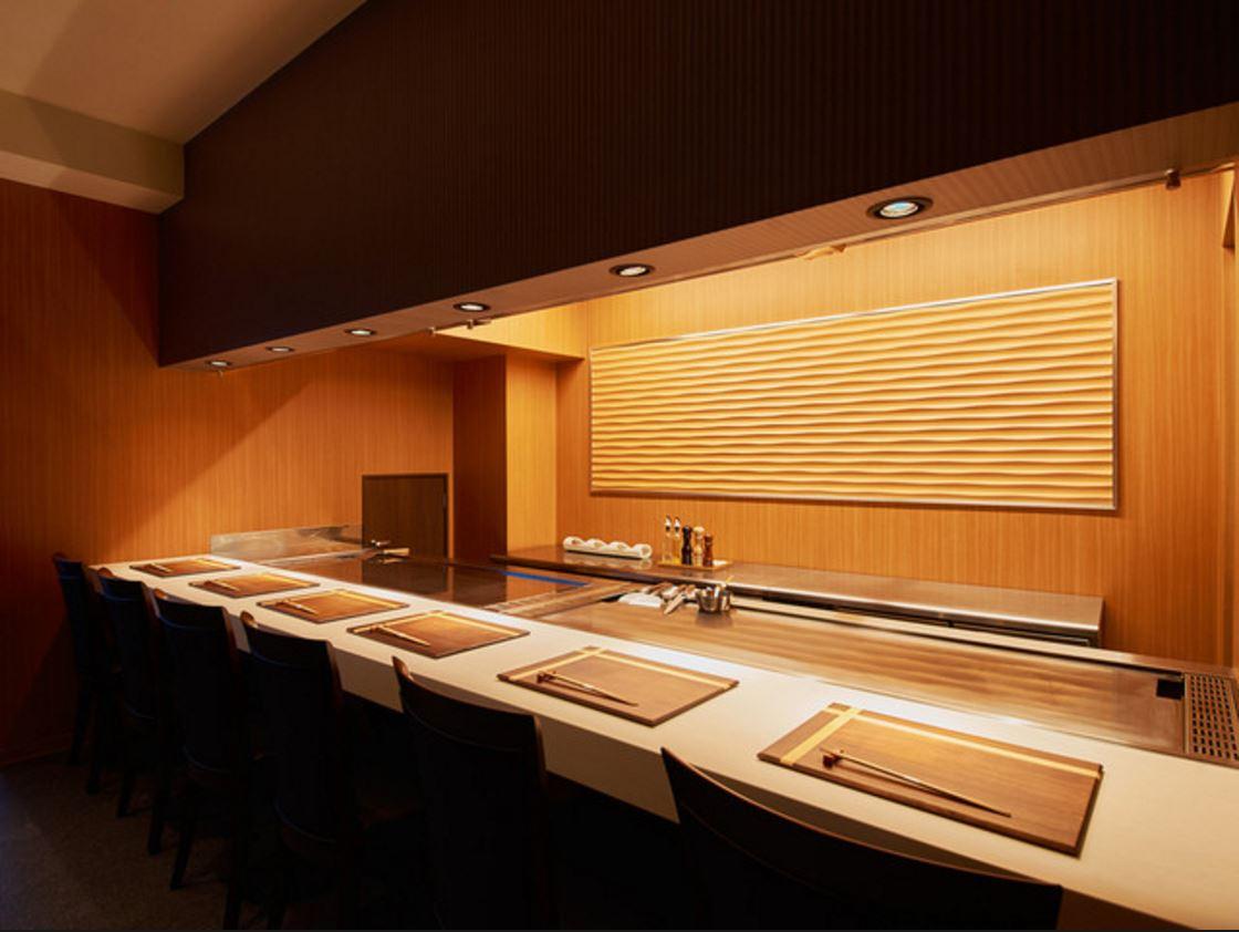 高級鉄板焼店様の内装設計施工工事をさせていただきました。
