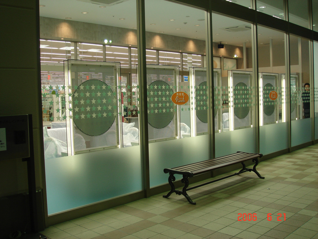 美容室様内装工事をさせていただきました。鏡台はオリジナルで設計製作いたしました。