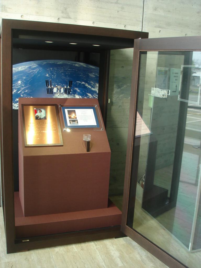 若田宇宙飛行士の記念プレートを展示する台とガラスケースを製作施工いたしました。