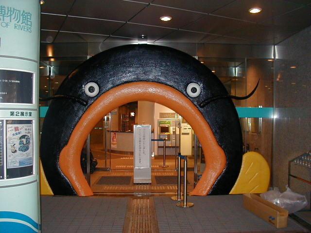 博物館様企画展でナマズをイメージした入口の造作物を製作施工いたしました。樹脂製です。