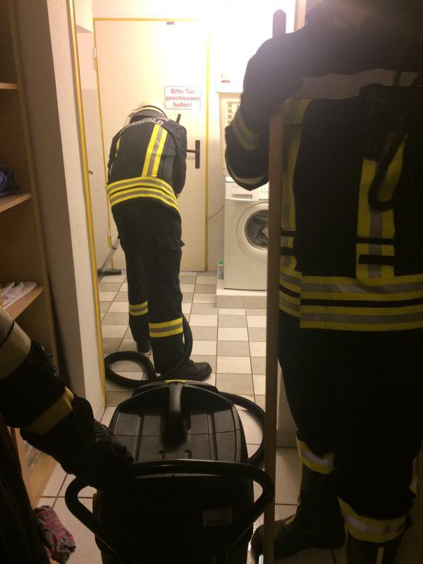 Feuerwehr beim Wasserabsaugen