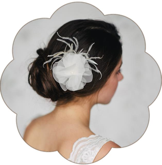 Haarblüte aus Seide und Federn für die Brautfrisur, Tracht, Sommerfest, Standesamt. Silk Flower Headpiece, Hairaccessoires wedding.