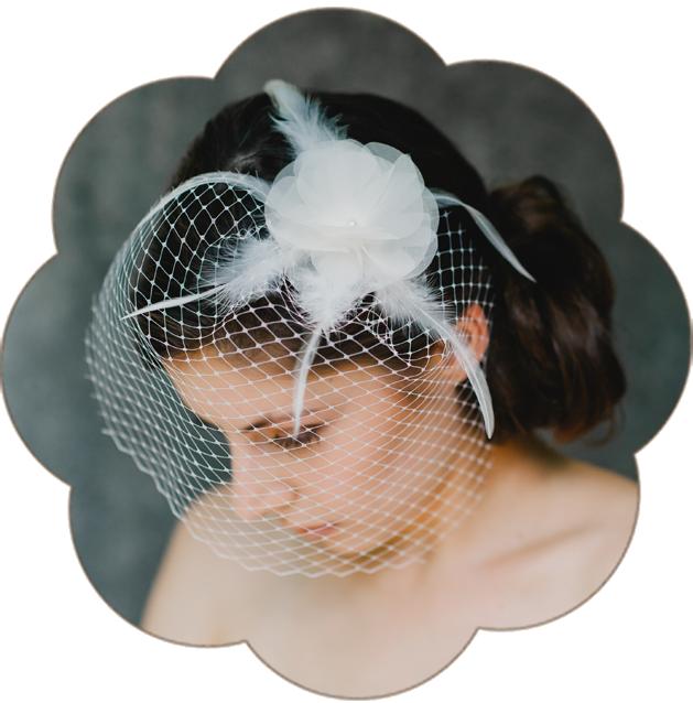 Fascinator aus einer luftigen Seidenorganza Blüte, Federn und Netzschleier in einem natürlichen Elfenbein-Ton.Fascinator mit Haarblüte Organza Seide für Hochzeit und Standesamt. Hairaccessoires, fascinator, birdcage, veil wedding.