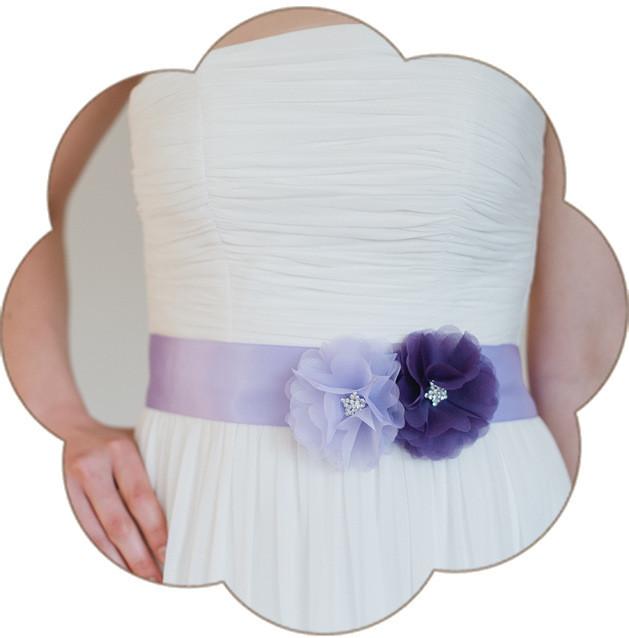 Brautgürtel mit Seidenorganza-Blüten und veredelt mit einer funkelnden Strass-Deko. Wunderschön in flieder - lila - violet! Wunderschön zur Hochteit in Flieder oder Lila.