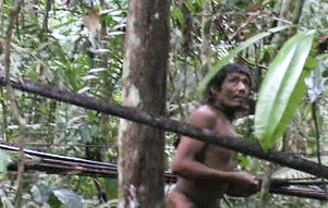 Imagen extraída de una grabación única que recoge un encuentro casual de funcionarios del Gobierno con la tribu. Foto: FUNAI
