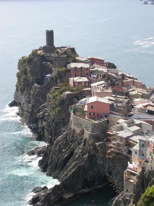 Il borgo di Vernazza arroccato sul mare