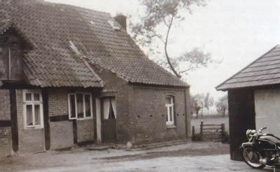 Die rechte Haushälfte mit dem später errichteten Anbau um 1960.