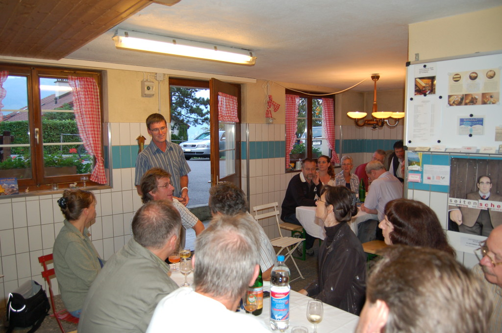 Martin Ambauen begrüsst die Gäste
