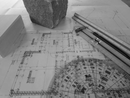 Feng Shui beginnt mit Kartenarbeit. Lopan-Scheibe, Kompas und Messwerkzeuge.