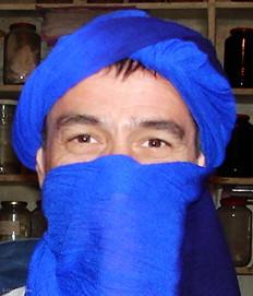 Essai de chèche dans le souk de Marrakech