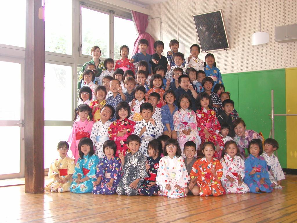 """社会館保育園年長「くじら」組(2003. 7 ) この日はお泊り保育のプレイベント""""浴衣の日""""。この中にも何人か「ゆりかもめ」出身のお子さん達がいます。「子供は直ぐ大きくなりますねー」"""