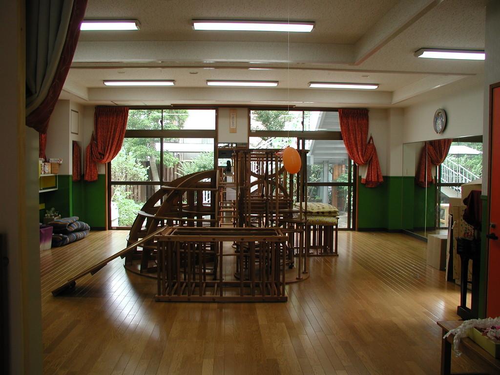 1階ホールは板の間の遊戯室