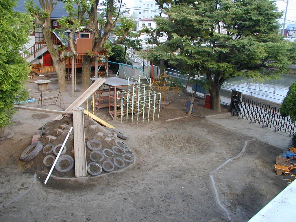 2002. 4. 1 撮影(その1) 正門前に山1つと丸い窪地