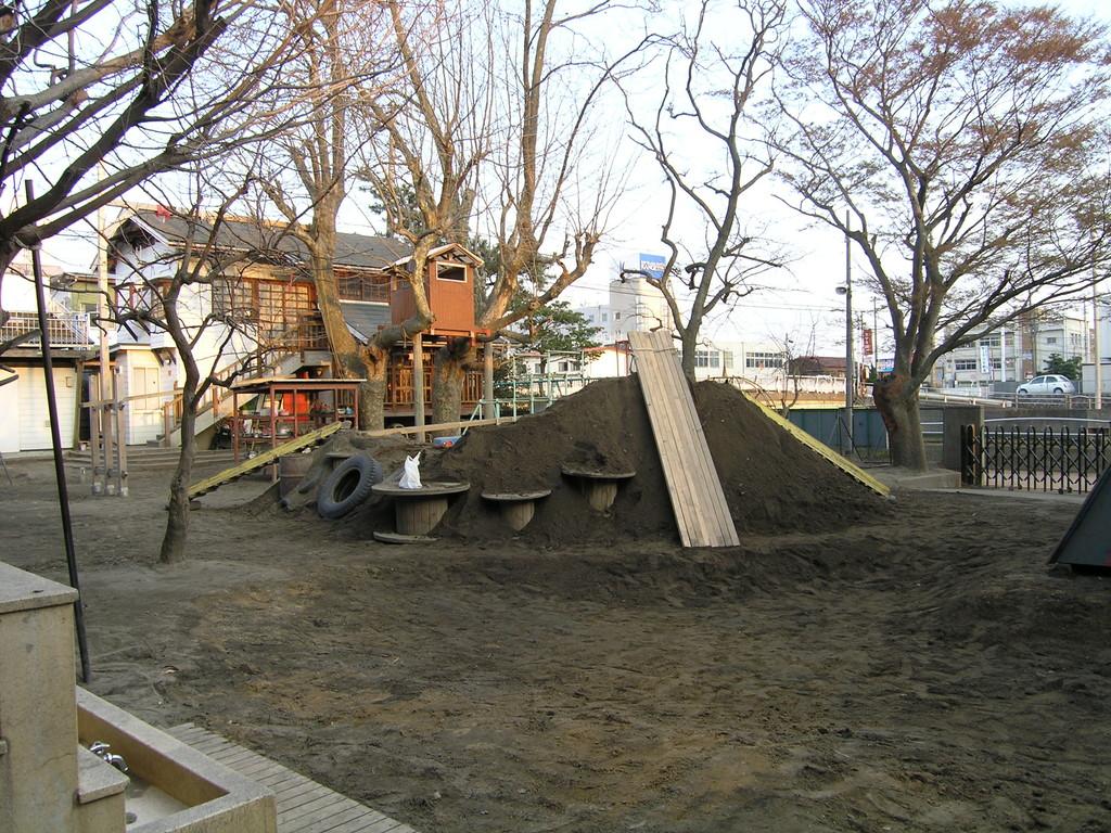 2005. 4. 3 撮影(その2) 角材6本を並べて大きな滑り台。