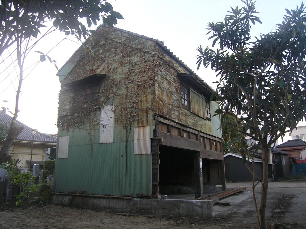 瓦屋根に壁がトタンで防護された1棟の土蔵が残された。