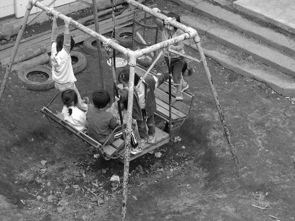 椅子ブランコは、幼児用に設計された遊具だ。これらを公園に配置して管理上の問題が出た。人の目が常にあり、幼児だけが遊ぶ保育園に置いておけば、基本的に問題はない。ハサミや包丁を使わせるように、その危険性を計算した上で私達は、子供達が大好きな椅子ブランコを用心深く大切に使っていくつもりだ。子供時代私は自己防衛力を如何に身につけたか。思い出してみよう。