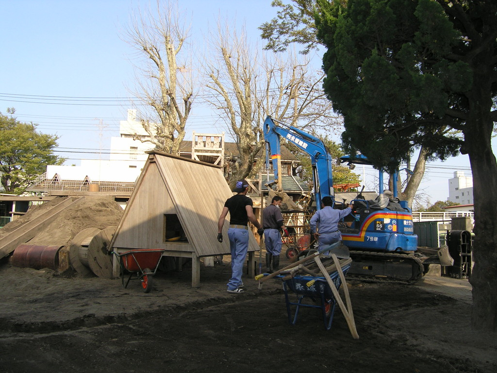 2011.4.10 園庭改造(その1) ユンボが入り山をつくる。