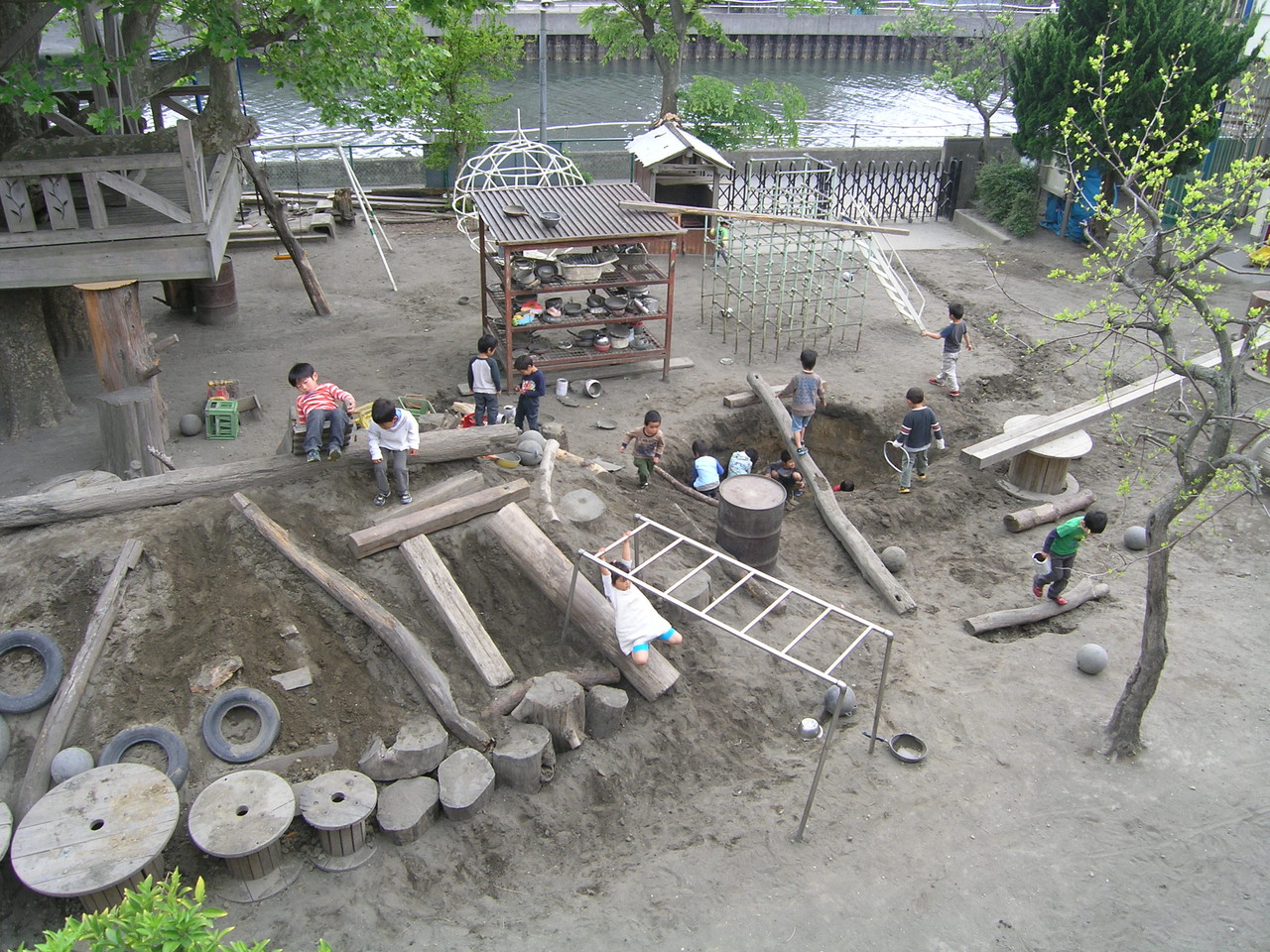 2013年のテーマは「山と穴」。山の上にいると猿時代の記憶がくすぐられる。