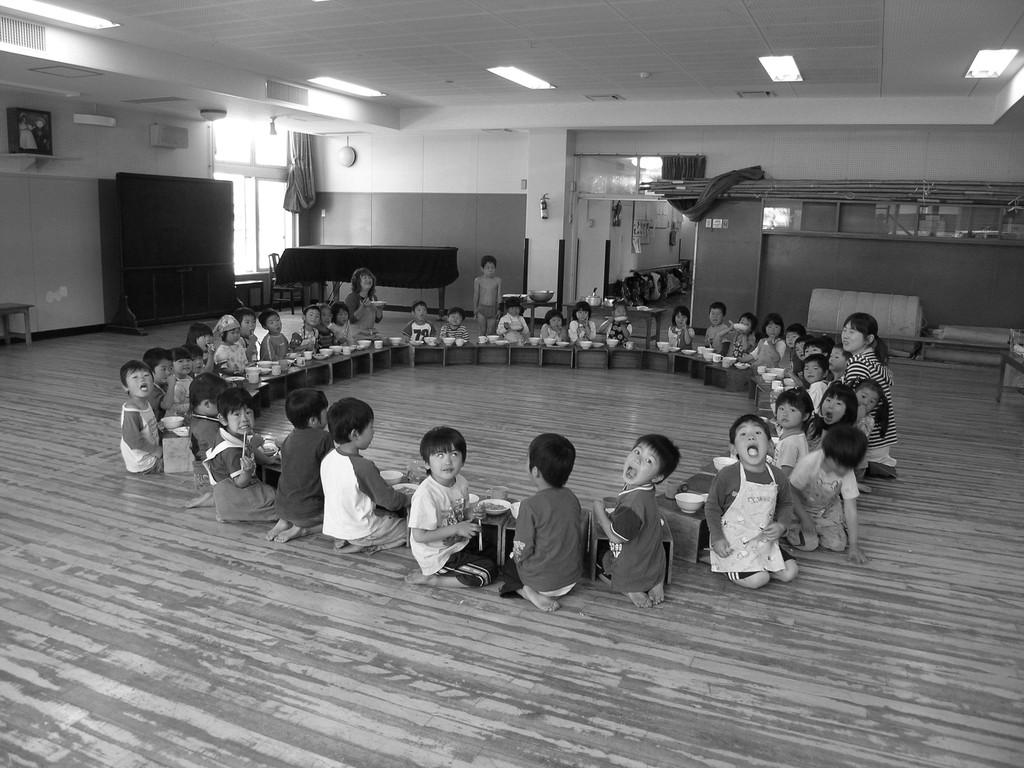 雨が強い時には、全員が「ホールでレストラン」となる。この日は4歳クラスが、輪になって食べていた。
