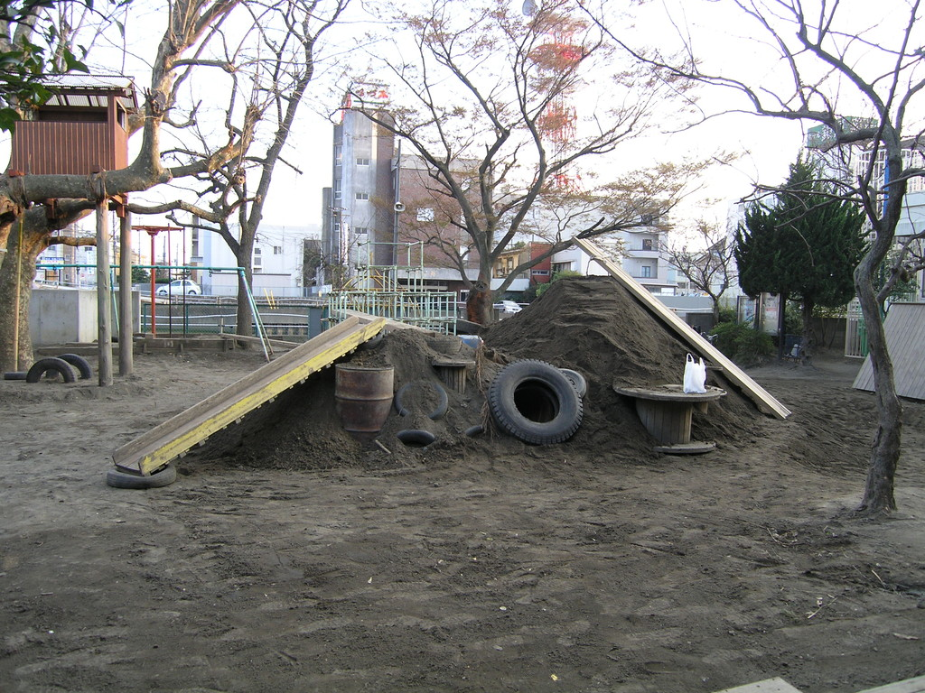 2005. 4. 3 撮影(その1) 移動可能な滑り台が活きています。