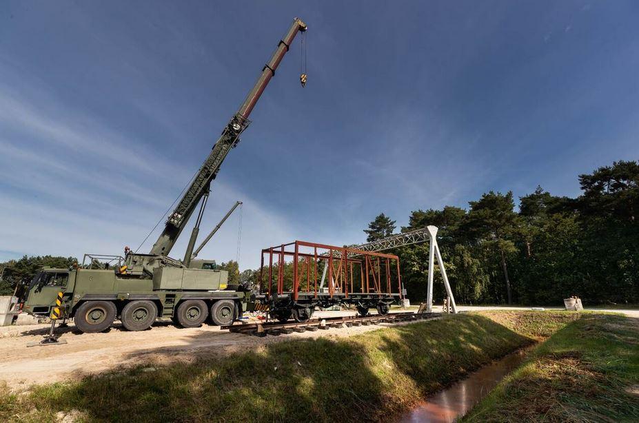 Landmacht vervoert historische wagons uit WOII naar Vught voor restauratie