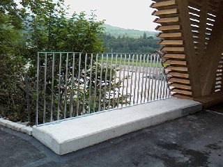 Geländer bei der neuen Holzbrücke in Ennigen, Schachen LU