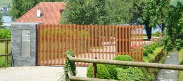 Zweiflügel-Tor mit Holzfüllung