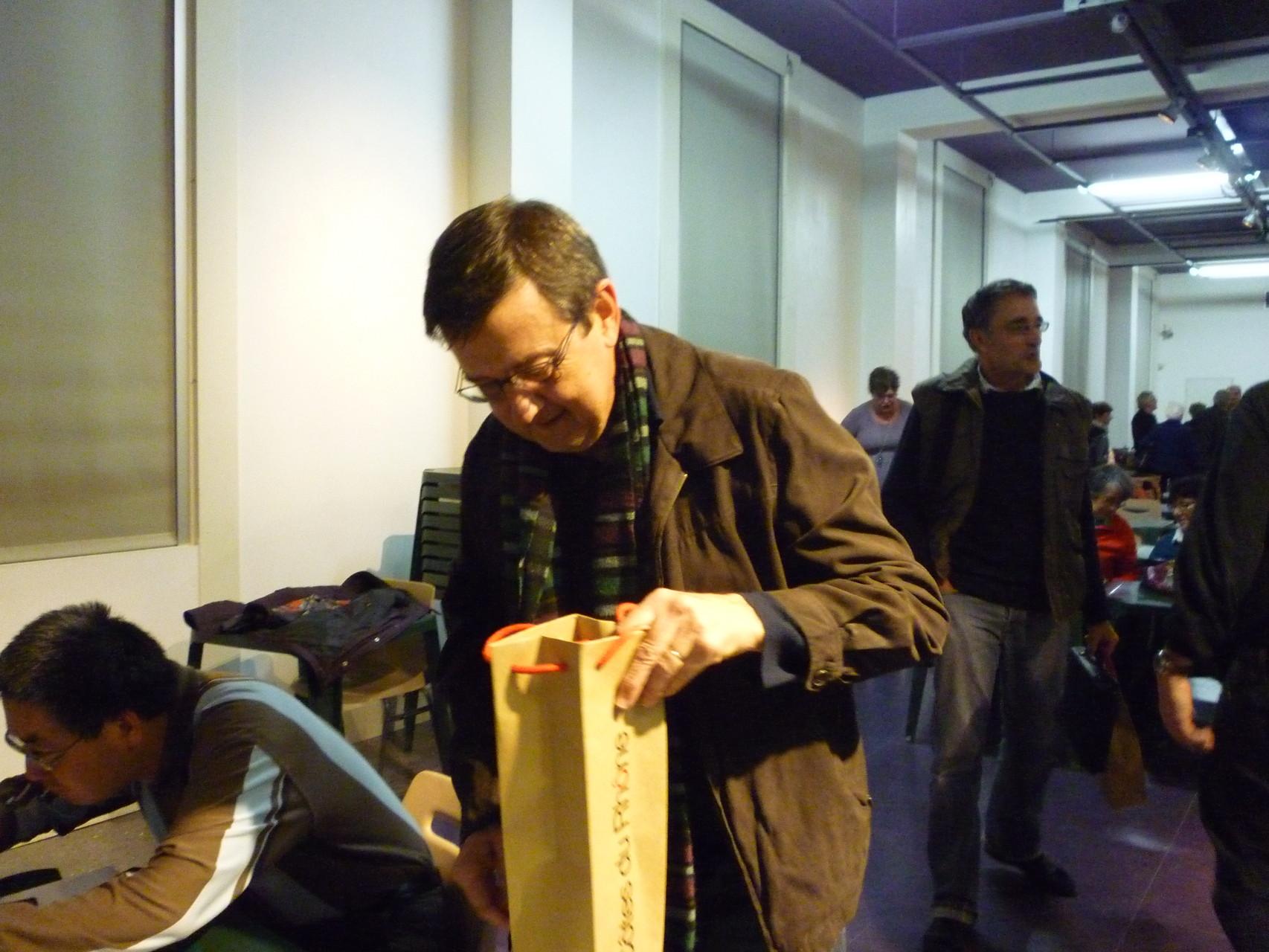 Marc Faner découvre le champagne que lui a valu sa victoire.