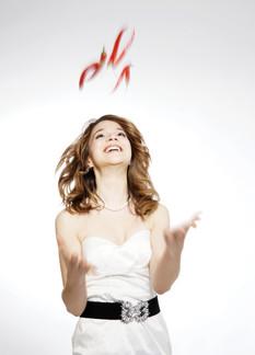 Alma Cilurzo Schwarz weiss hochzeitssängerin Musik für Kundenanlass aus Luzern Schweiz Alleinunterhalterin mit chili