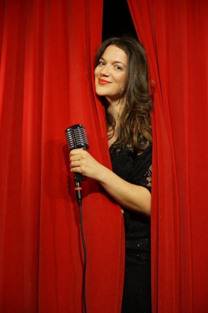 Alma Cilurzo Hochzeitssängerin Roter Vorhang Retro Mikrophon Kontakt aufnehmen