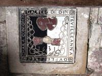 Église de Thennelières, dalle funéraire en marbre noir, blanc et rouge. Légende : GALTERO DE DINTEVILLE, ANNA DV PLESSEYS, CHARA CONJONX, 1531
