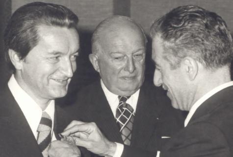 """L'ambassadeur d'Italie me fait """" Chevalier de l'Ordre National  Italien """". (au milieu, le maire Henri Terré)."""